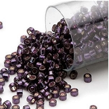 Delica seed beads fra Miuyki i fin silver-lined wine, 7,5 gram. DB0611V
