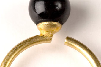 Forgyldt fingerring med sort onyx