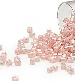 Delica seed beads fra Miuyki i smuk opaque luster salmon, 7,5 gram. DB1533V